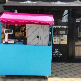 Яркая крыша для лотка по продаже мороженого