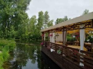 Шторы для летней площадки ресторана у воды